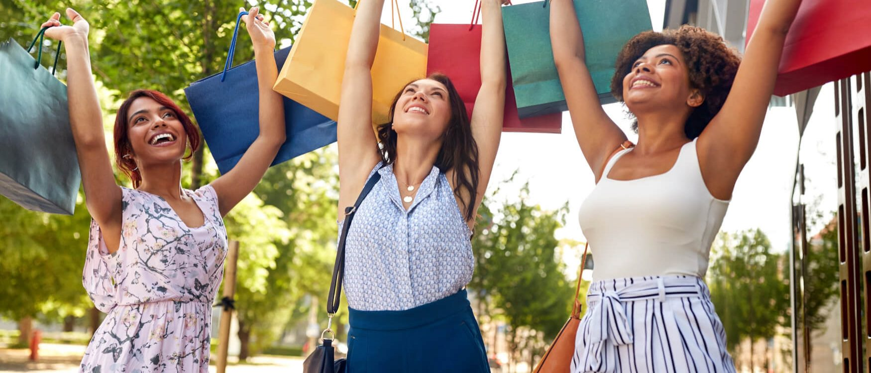 cropped-Frauen-Beim-Einkaufen-mit-Tueten.jpg